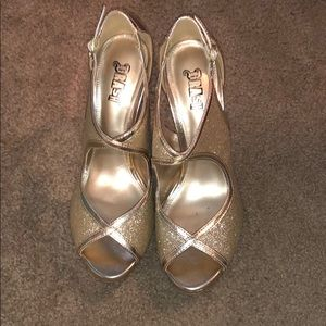 Gold pumps with glitter